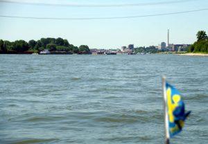 """mittleres Verkehrsaufkommen auf dem Rhein - inkl. """"parkender"""" Schubleichter backbords"""