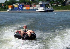 Tube-Ziehen auf dem Rhein bei Krefeld