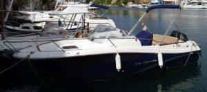 Walkaround: ein Konsolenboot mit erhöhtem Vordeck, unter dem eine Kajüte Platz findet