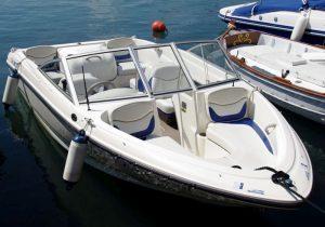 Trailerboot Bowrider - viel Platz, keine Übernachtungsmöglichkeit, hier in der Version mit einem Innenborder mittig in der Rückbank
