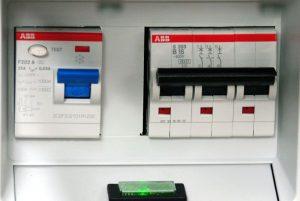 links FI, rechts 3fach Leitungsschutzschalter, unten Netzkontrollleuchte