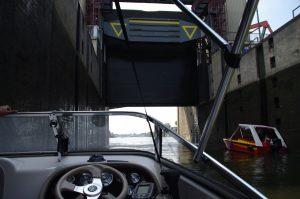 das Untertor in Meiderich öffnet nach oben; oben im Bild: der Prallschutz