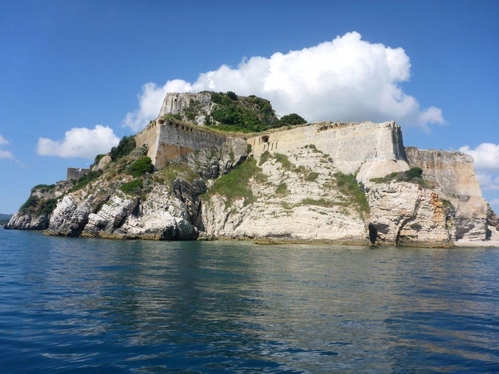Motorboot ausprobieren: um die Festung in Korfu Stadt darfst Du herumfahren.