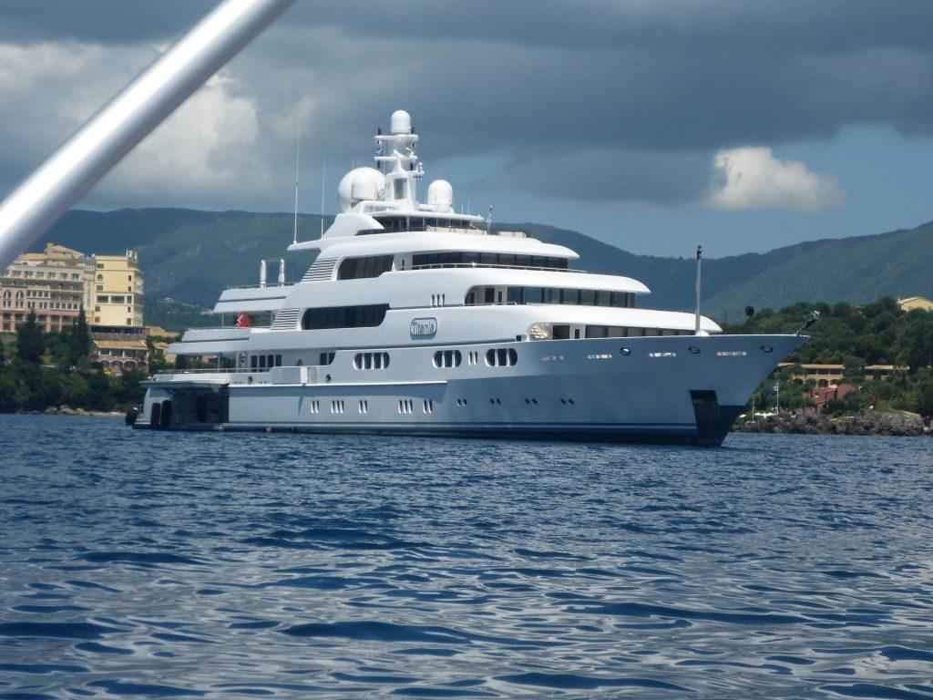 Kannst Du auch chartern: die Titania, 71m, gut 500.000 EUR pro Woche