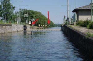 Raffelberg Oberwasser - mit Sportbootanleger voraus und Meldestelle am Nordkai. Das Obertor öffnet (langsam!) nach unten.