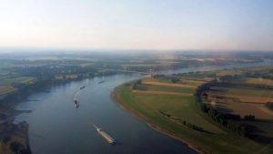 Binnenschiffe wie auf der Perlenkette - Abendstimmung auf dem Rhein