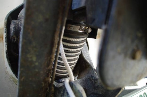 Abgasschlauch eingebaut (noch mit Tampen)